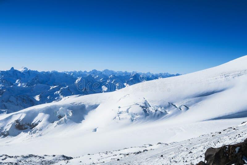 Glacier de Milou des montagnes caucasiennes dans le ciel bleu r?gion su de montagne de lac de gorge d'elbrus de Caucase d'adyr photos libres de droits