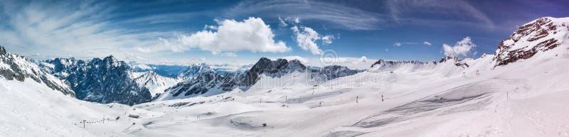 Glacier de Schneeferner et les alpes dans le panorama élevé de définition de fond pendant l'hiver photo stock