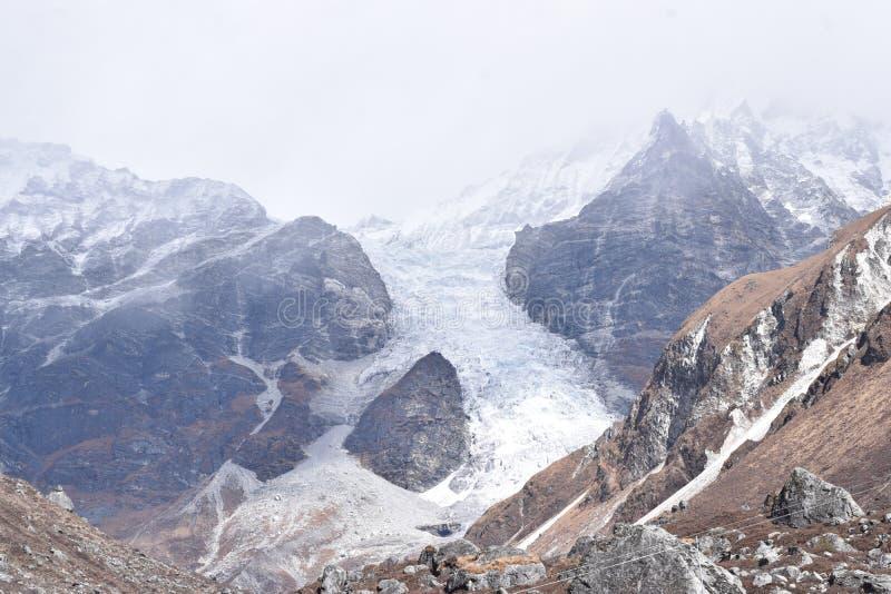 Glacier entre deux montagnes du parc national Langtang du Népal photographie stock libre de droits