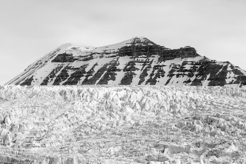 Glacier et montain à l'arrière-plan dans le Svalbard, le Spitzberg photo libre de droits