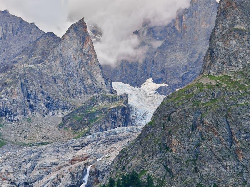 Glaciers d'Alpes comme vu de Courmayeur, Italie image stock