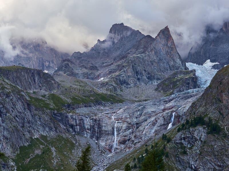 Glaciers d'Alpes comme vu de Courmayeur, Italie photo stock