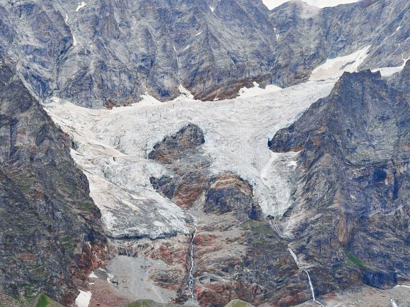 Glaciers d'Alpes comme vu de Courmayeur, Italie images stock