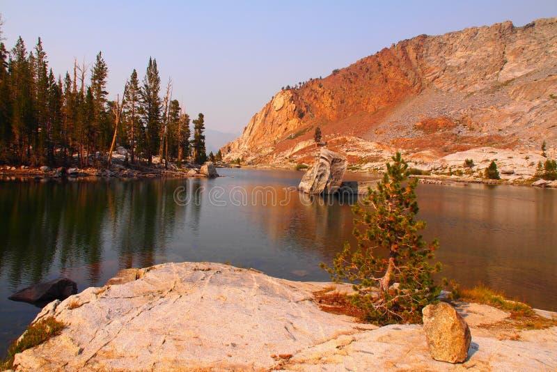 Glacjalny jezioro przy Kopalnym królewiątkiem zdjęcia stock