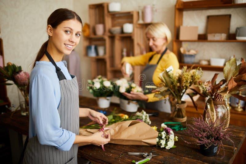 Glad blomsterhandlare Making Bouquets royaltyfria foton