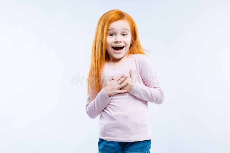 Glad emotionell trevlig flicka som känner sig mycket förtjust royaltyfria bilder