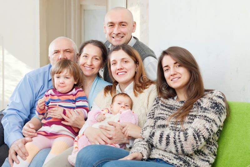 Glad familj för tre utvecklingar i hem royaltyfria bilder