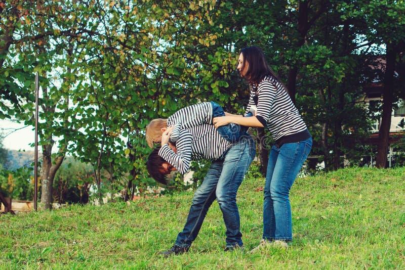 Glad familjetid tillsammans i en park Unga släktingar utomhus med kul Glad helg arkivfoton