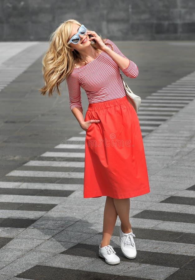 Glad gladlynt caucasian flicka med blont hår för långt flyg royaltyfri bild