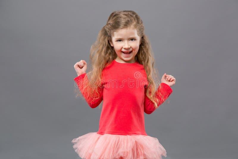 Glad gullig flicka som känner sig lycklig fotografering för bildbyråer