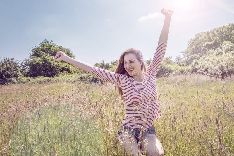 Glad härlig tonårs- flicka med romantiskt långt hår som vaknar upp fotografering för bildbyråer