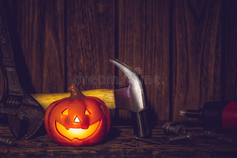 Glad Halloween-dag med byggverktyg och hemhandsverktyg för IT-teknik på rostigt bakgrundskoncept av trä med kopieringsutrymme royaltyfri fotografi