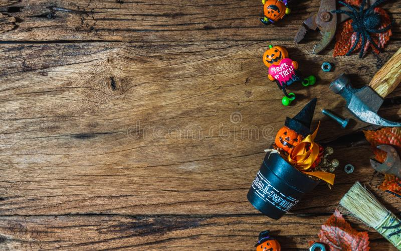 Glad Halloween-dag med DIY-praktiska verktyg för det grå bakgrunden till trä Den platta översta vyn med kopieringsutrymme för arkivfoton