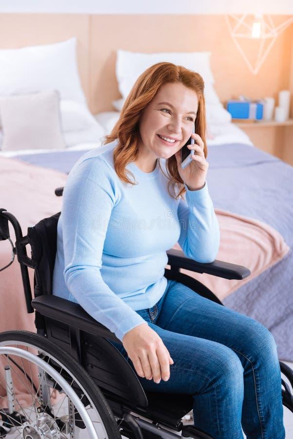 Glad handikappad kvinna som talar på telefonen royaltyfria bilder