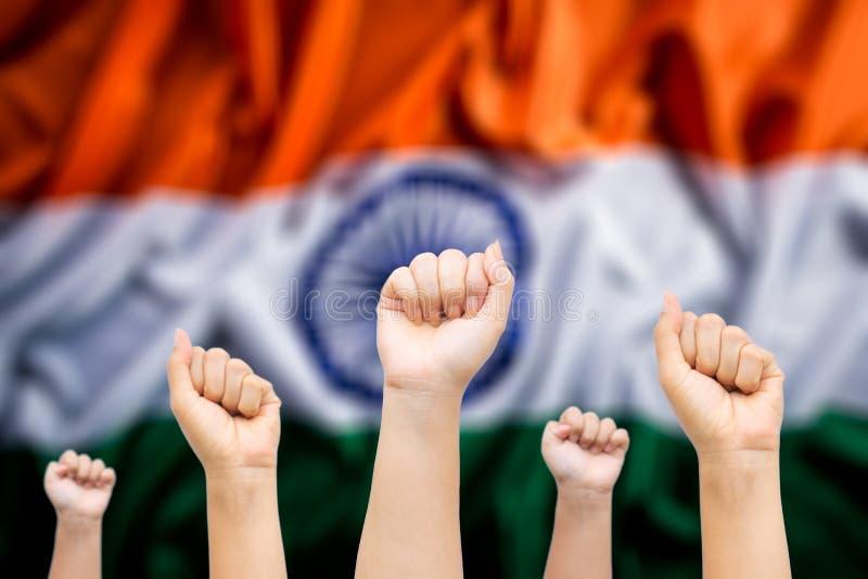 Glad Indienrepublik, Hands-folk med Indiens nationella flagga i bakgrunden. Indisk sj?lvst?ndighetsdagen royaltyfria bilder