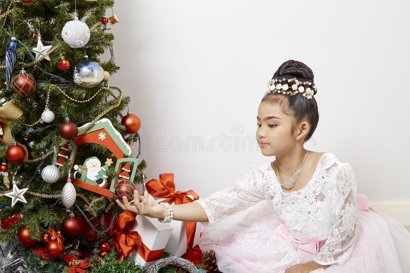 Glad jul för gullig liten asiatisk flicka royaltyfri fotografi