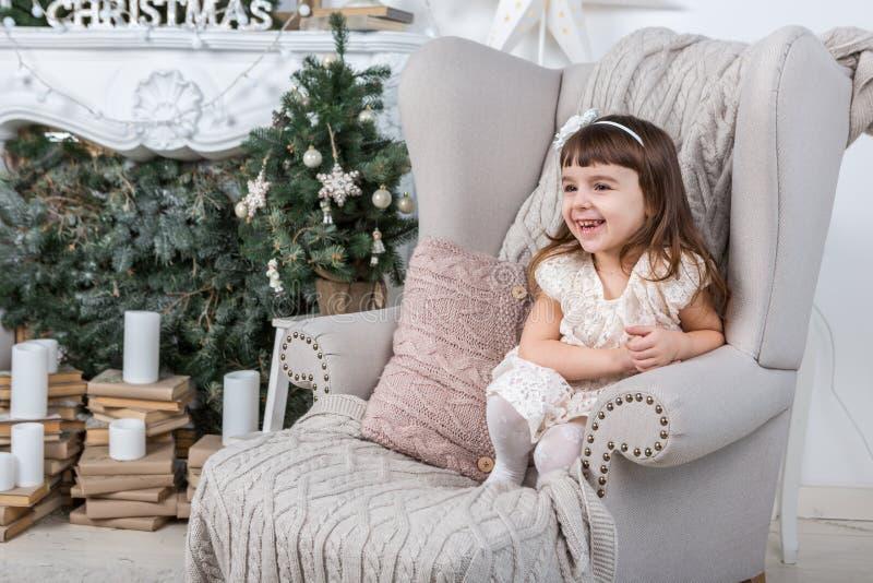 Glad jul! Gullig lycklig liten flicka arkivfoton