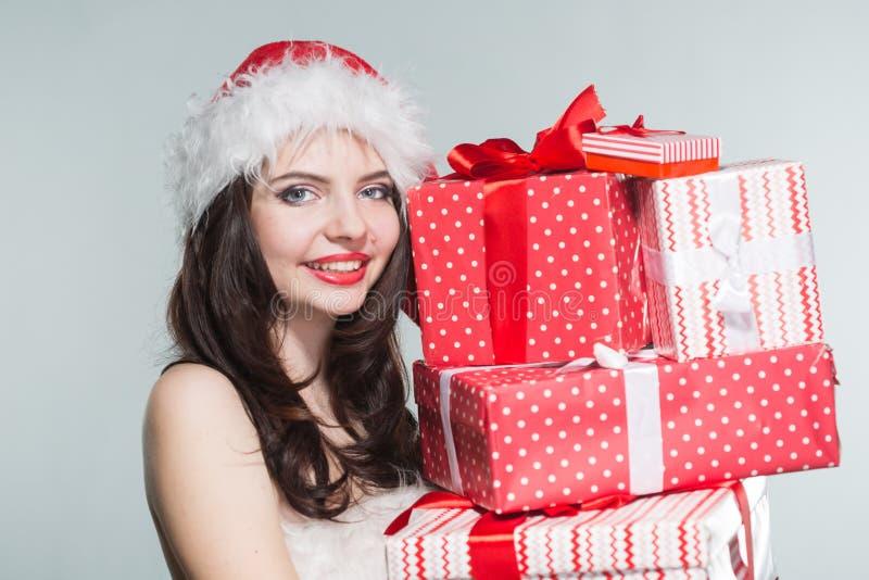 glad jul Härlig ung kvinna i en röd fru Claus costu arkivfoto