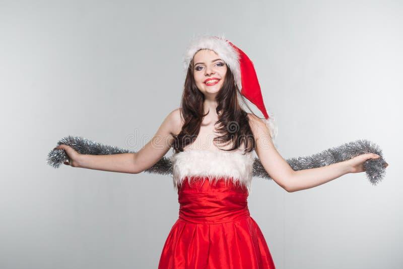 glad jul Härlig ung kvinna i en röd fru Claus costu arkivbild