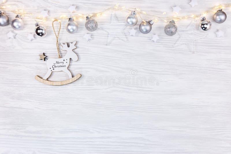 glad jul leksakhjortar, exponeringsglasstjärnor och glödande ljus på whi arkivbilder