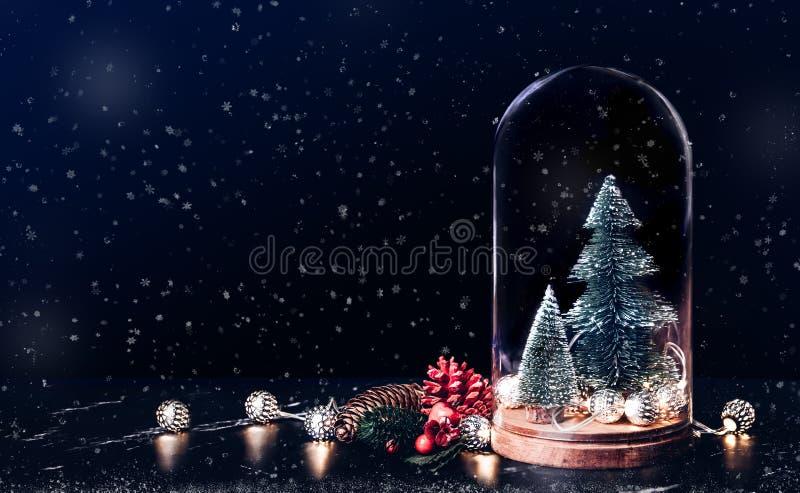 Glad jul med mistel- och gåvaasksymbolen med xmas-trädet arkivbild
