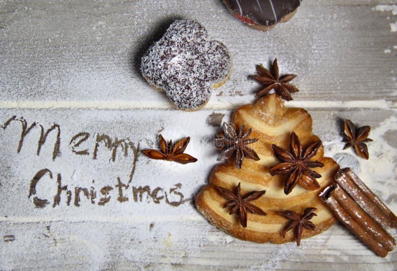 Glad jul och kakagran-träd royaltyfria bilder