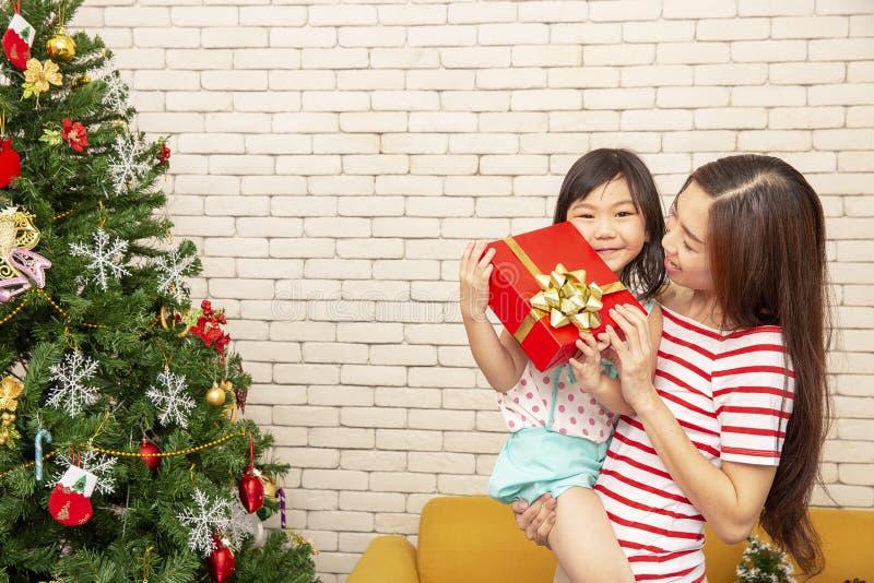 Glad jul och lyckligt lycklig nytt år för ferier eller Mamman ger sig arkivfoto