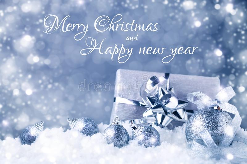 Glad jul och lyckligt nytt år En bakgrund för ` s för nytt år med garneringar för nytt år Kort för ` s för nytt år arkivbilder