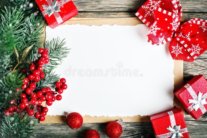 Glad jul och lyckligt nytt år Koppkakao, kakor, gåvor och gran-träd filialer på en trätabell Selektivt fokusera royaltyfria foton