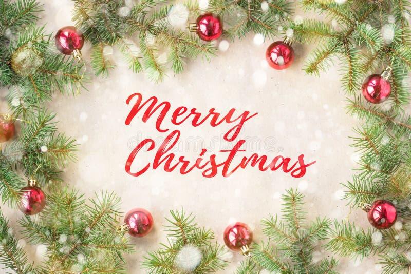Glad jul och nytt år som är typografiska på feriebakgrund med Xmas-garnering, filial av granträdet och snö arkivfoton
