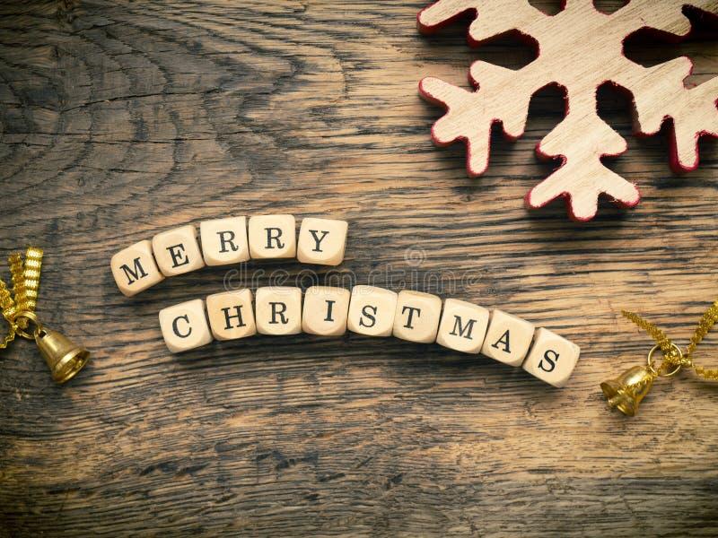 Glad jul på trä tärnar arkivfoto
