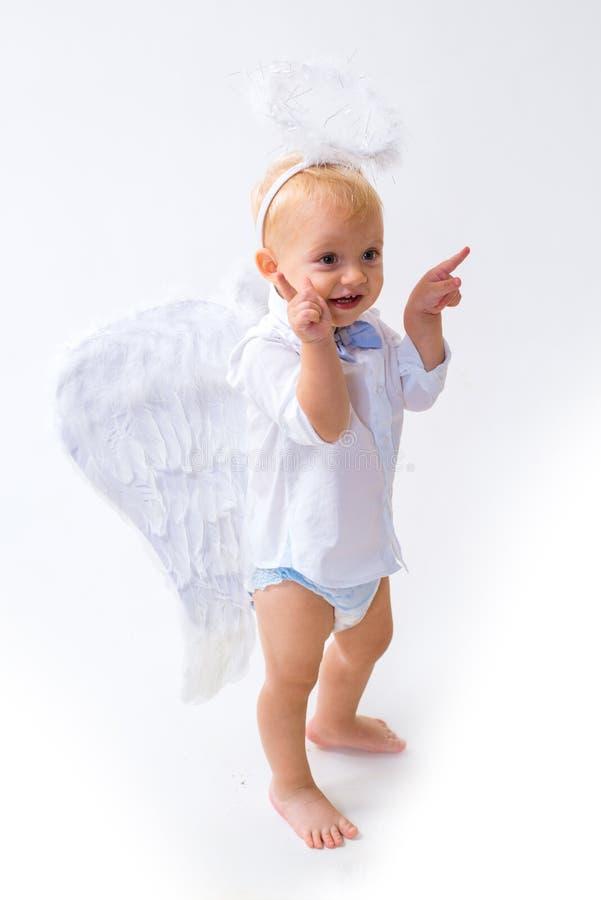 Glad jul till dig ängeljulen isolerade white Pys med ängelvingar och gloria ängeln behandla som ett barn ljust nyfött Förtjusande arkivbild
