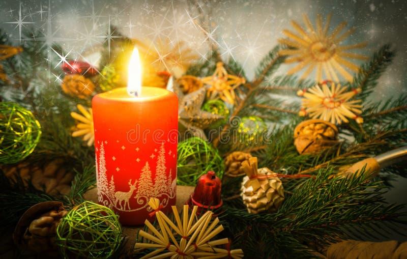 Glad julkort med den röda stearinljuset arkivbild