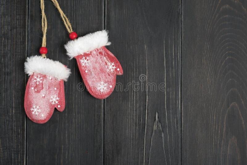 Glad julkort Tumvanten för dekor för nytt år röda på träbakgrund royaltyfri bild