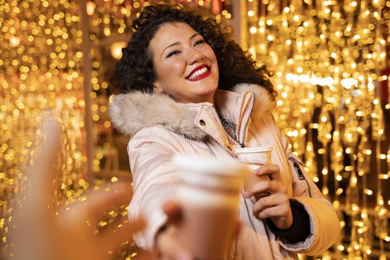 Glad karismatisk flicka som ger kaffe åt sin pojkvän arkivbilder