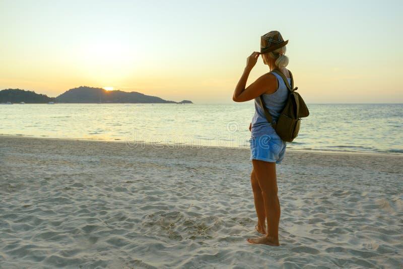 Glad kvinna i Hat Enjoying Beful Sunset på stranden Resor i Asien royaltyfria foton