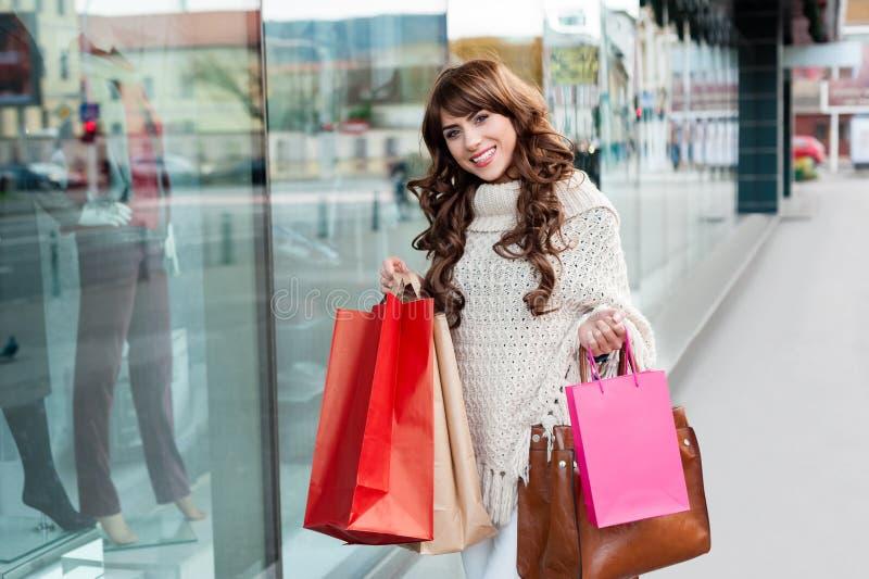 Glad kvinna med shoppingpåsar fotografering för bildbyråer