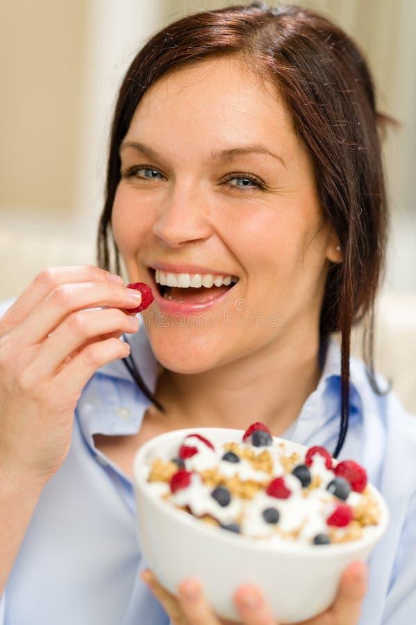 Glad Kvinna Som äter Sädesslag I Morgonen Royaltyfri Fotografi