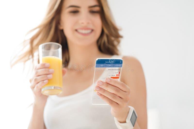 Download Glad Kvinna Som Använder Mobiltelefonen Arkivfoto - Bild av telefon, grej: 78728882