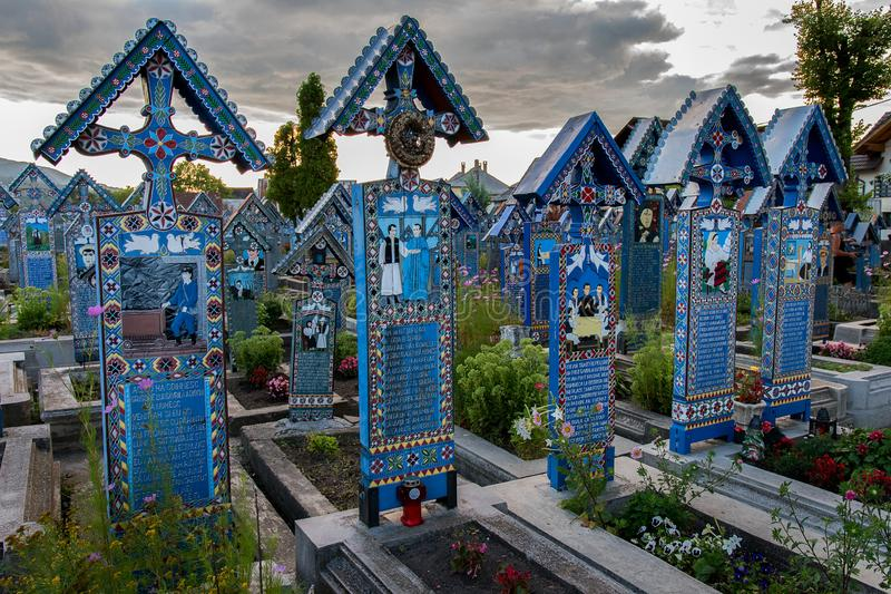 Glad kyrkogård i Sapanta, Maramures royaltyfri bild