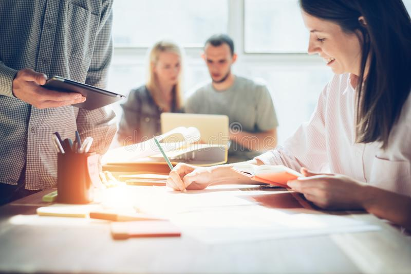 Glad lagidékläckning Nytt forska för marknadsföringsplan Skrivbordsarbete på tabellen, bärbara datorn och mobiltelefonen royaltyfri fotografi