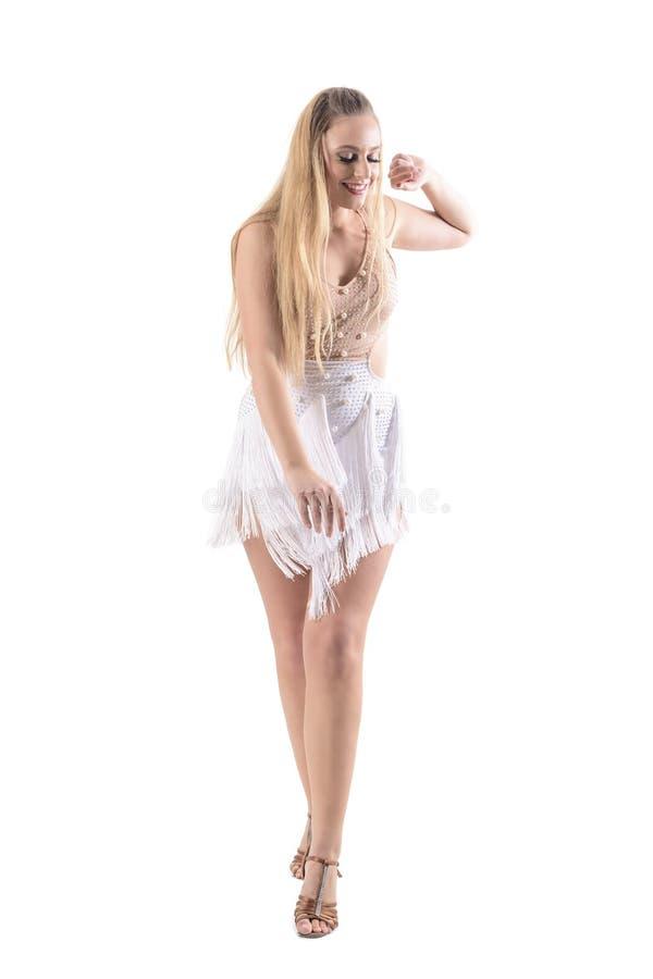 Glad le yrkesmässig dansare för kvinna som flyttar sig tycka om elegantly dans och se ner arkivfoton