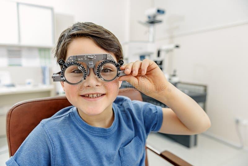 Glad liten unge i eyewear arkivbild
