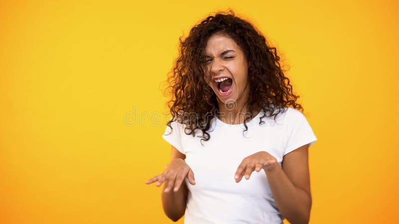 Glad lockig-haired kvinnadans som firar framgång, bra lynne, flyttande musik royaltyfri foto