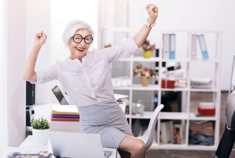 Glad lycklig affärsdam som uttrycker glädje på arbetsplatsen arkivbild