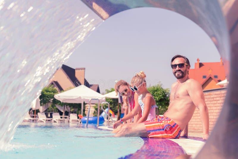 Glad lycklig man som sätter hans ben i vatten royaltyfri fotografi