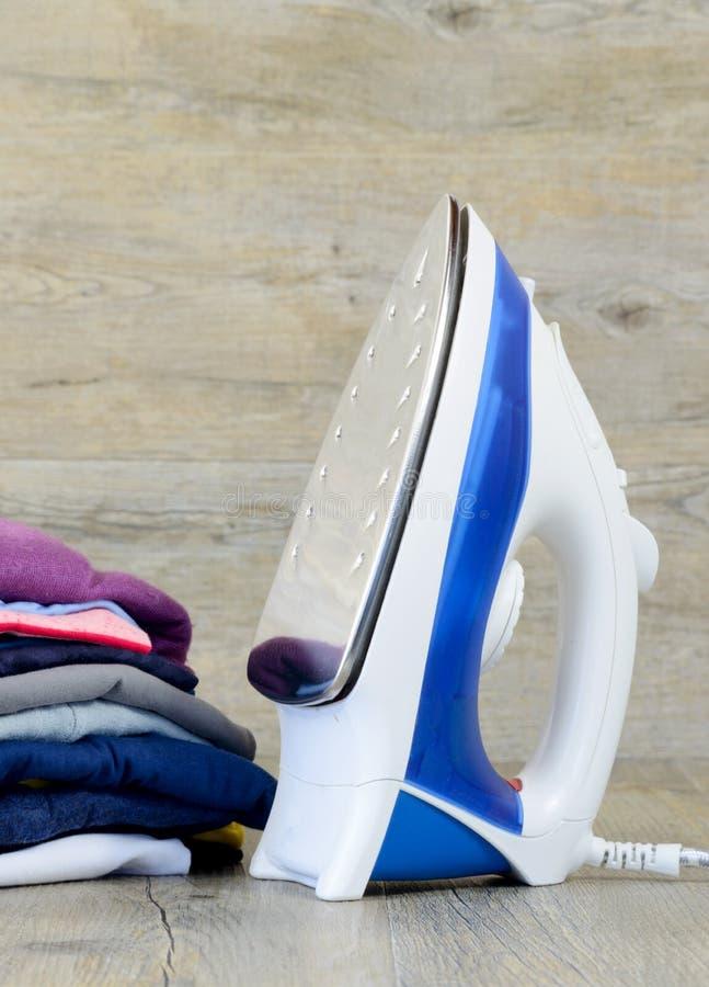Glad:maken-ijzer en kleren stock fotografie