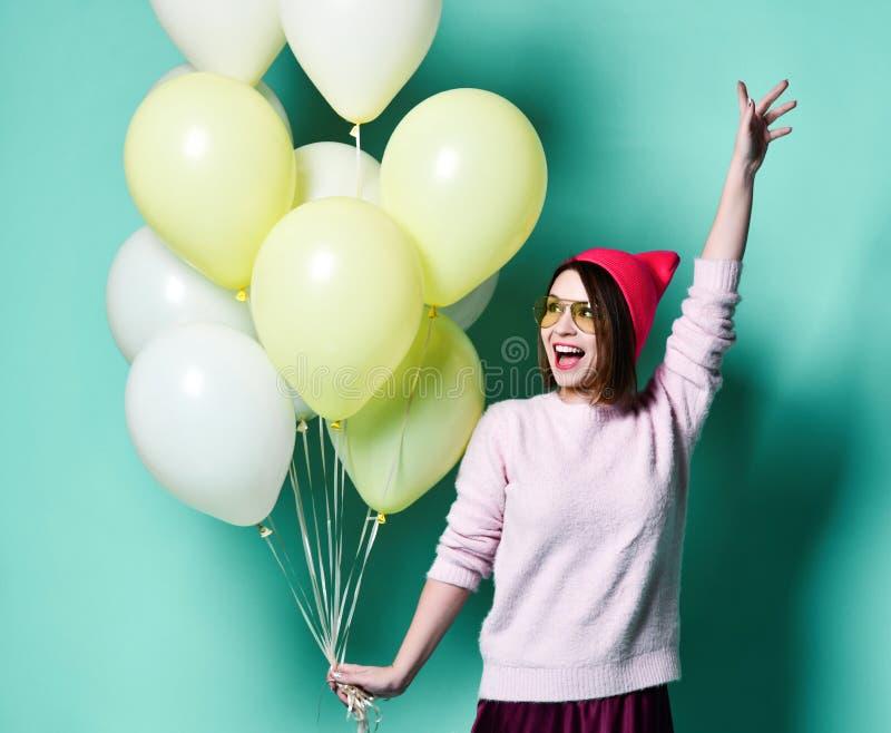 Glad modell som har roligt och firar med ballongen för pastellfärgad färg arkivbild