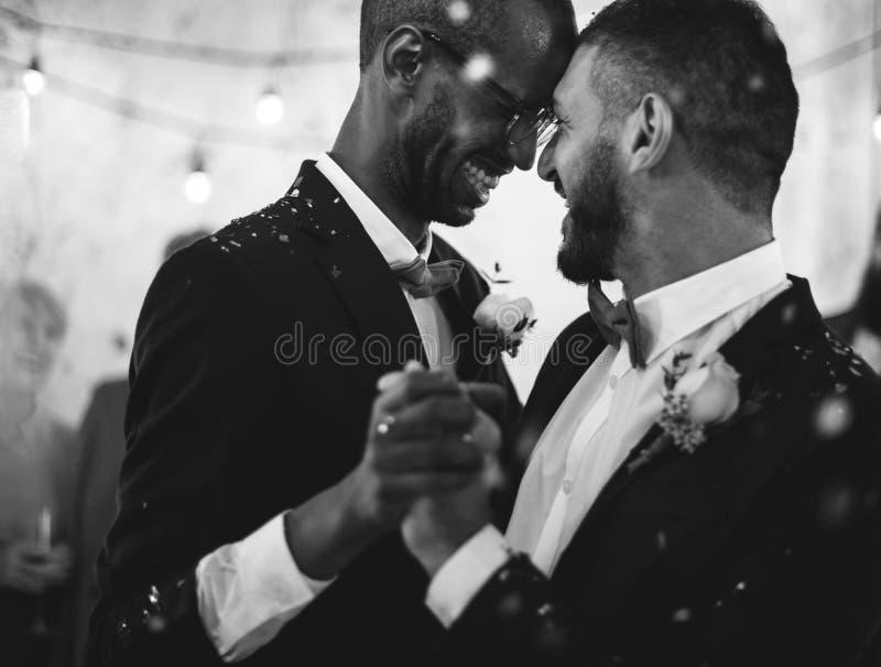 Glad pardans för nygift person på bröllopberöm arkivbild