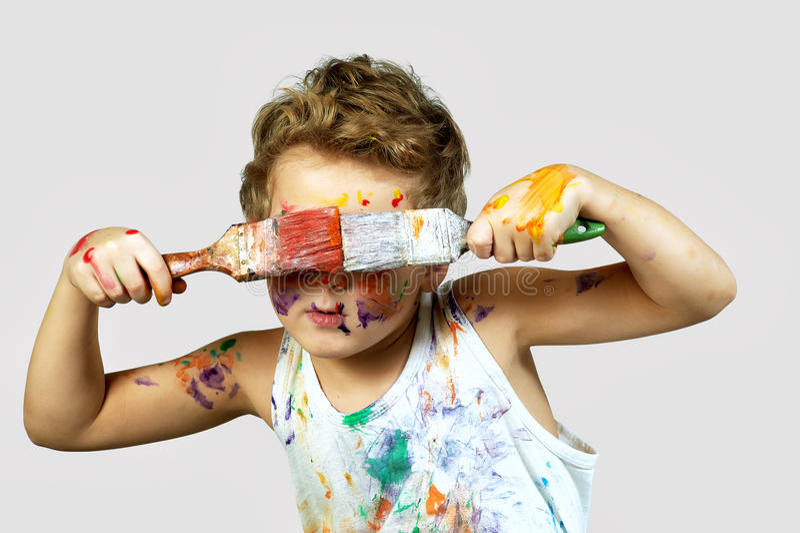 Glad pojke som täckas i målarfärg Gladlynt konstnär royaltyfria bilder